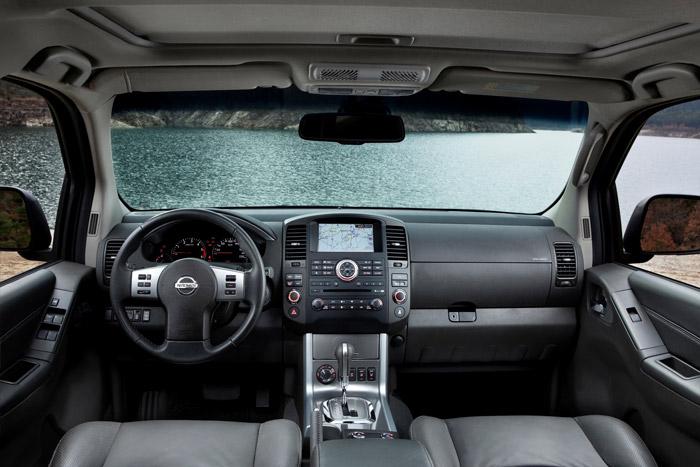 Detalle de la consola central que comparte con su hermano SUV Pathfinder